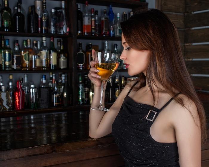 ワインを飲む綺麗な女性
